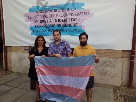 Foto con Mari Carmen Sánchez, diputada de Cs en las Cortes Valencianas apoyando al colectivo transexual